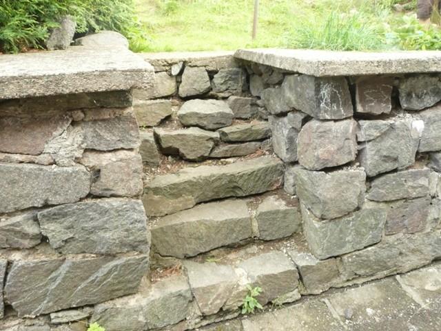 Zahradní zídka a schůdky z kamenů