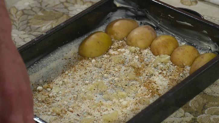 Vložení brambor na plech