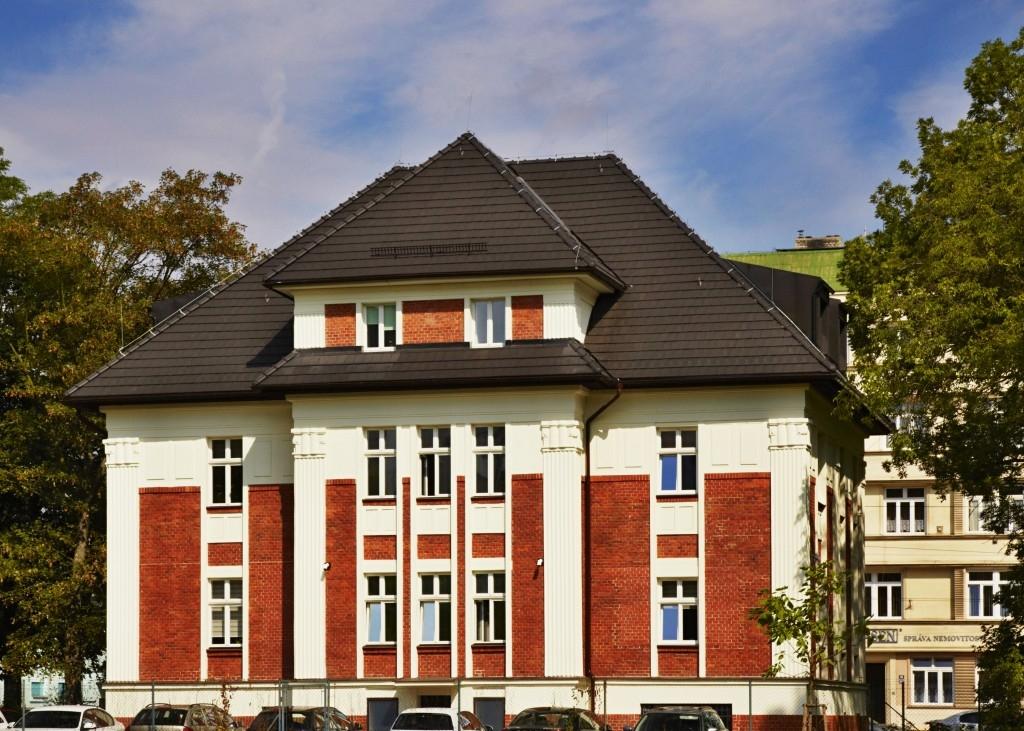 Trendy českých střech: Tmavé střechy ve městech nahrazují tradiční červené