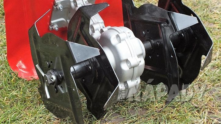 Kultivátor a vertikutátor na jednu baterii: hřídel kultivátoru