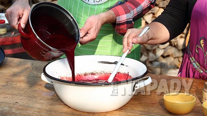 Recept na ovarovou polévku: do vychladlého vývaru nalijeme krev