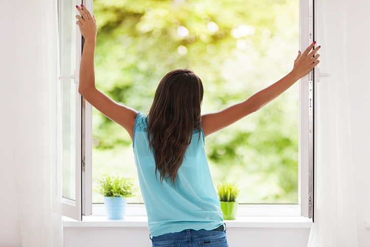 Krátké ranní vyvětrání ložnice prospěje v létě nejen pokoji, ale i vám