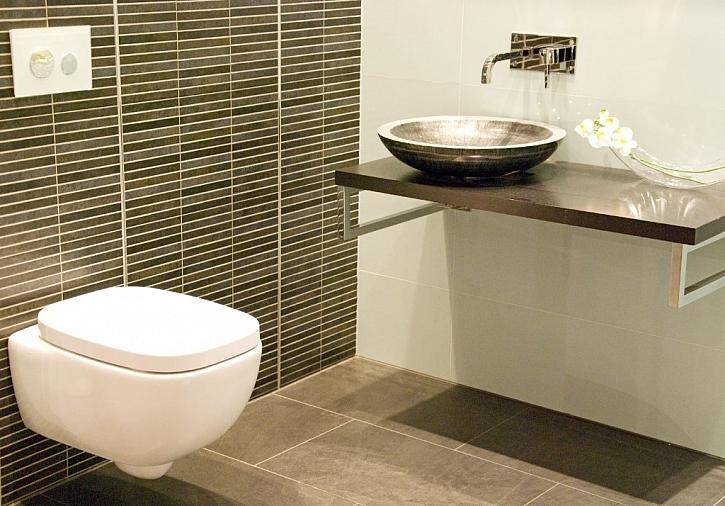 Závěsná toaleta přináší větší komfort i hezčí vzhled