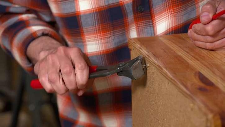 Odstraňte všechny hřebíčky a šroubky a připravte si horní desku