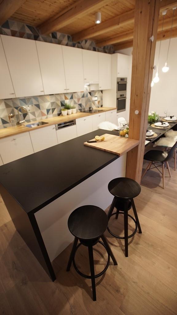 Pracovní pult nebo snídaňový stolek? Co je právě pořeba.