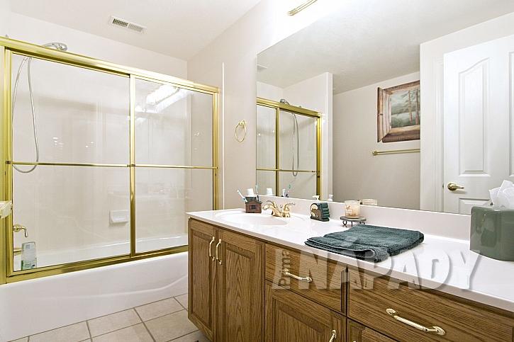 Zástěna kolem vany ve zlatém rámu