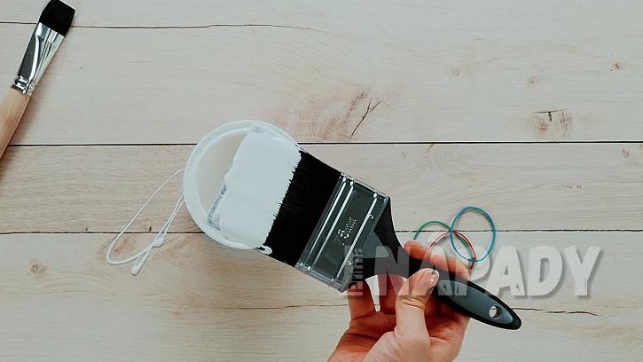Gumičky při malování: štětec sbarvouotírejte o gumičku