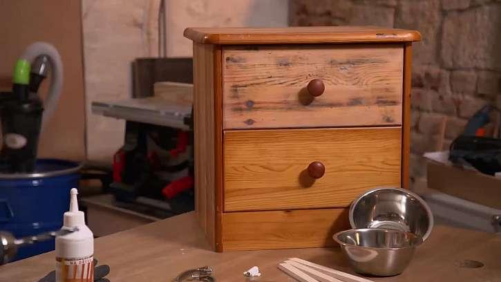 Proměnu staré šuplíkové skříňky v luxusní psí jídelnu zvládne i kutil začátečník