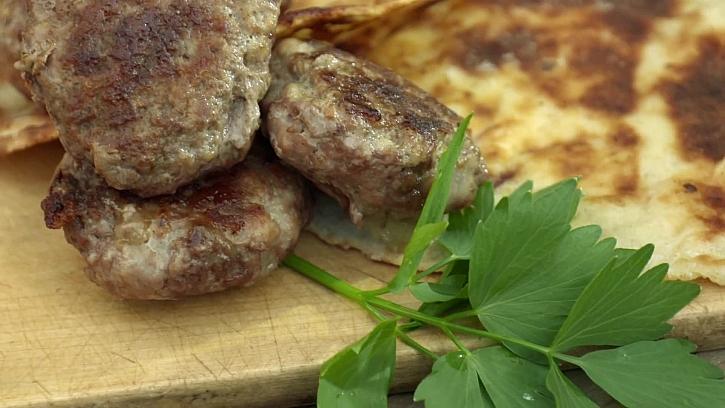 Recept na hambáček s voňavým překvapením na grilu