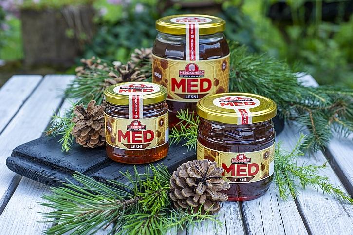 Cena medu zůstane i přes velký nedostatek českého lesního medu stejná, očekává se rekordní zájem (Zdroj: Medokomerc)