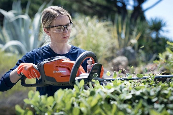 Vhodné stroje pro stříhání a vyžínání na zahradě
