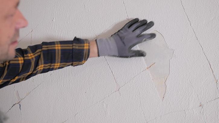 Jak připravit stěnu pro vyrovnání lepidlem