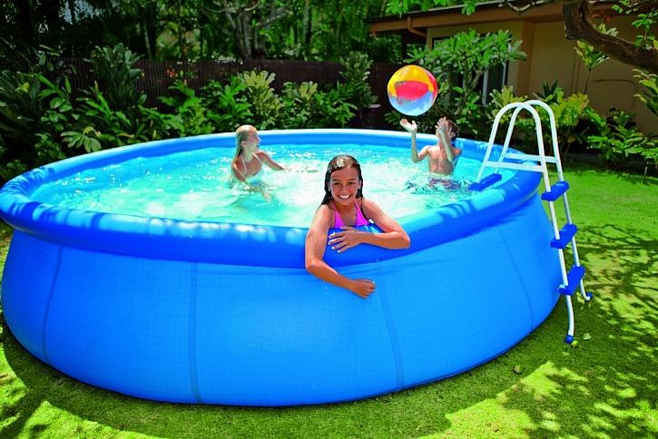 Bazén s nafukovacím prstencem zazimujte tak, že jej vypustíte a uklidíte (Zdroj: Marimex)