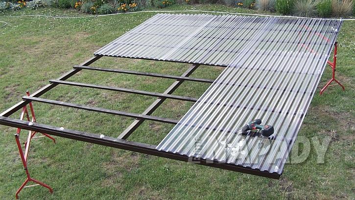 Zastřešená pergola: položte díly střechy