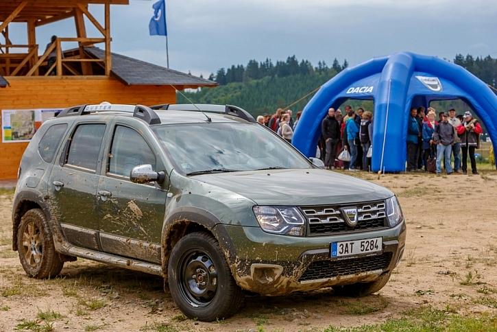 Na polygonu bylo možné vyzkoušet si terénní Dacia Duster