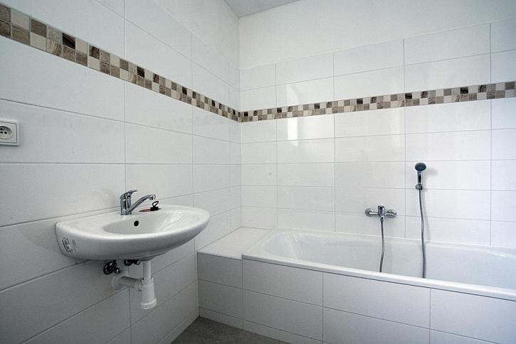 Do koupelen a na toalety potřebujeme desky, které jsou odolné vůči vlhkosti. Tuto vlastnost splní zelená sádrokartonová deska Knauf Green, která je impregnovaná.