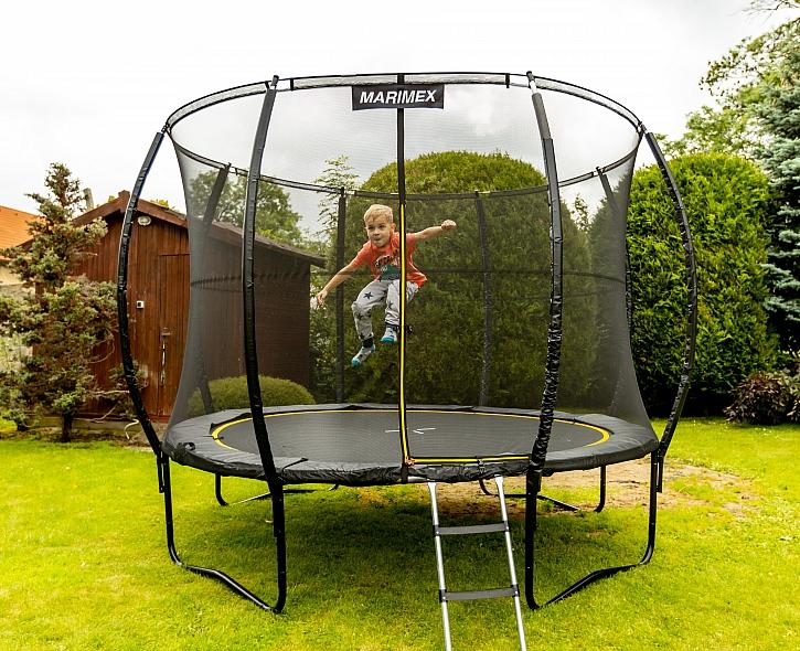 Dítě skákající na trampolíne
