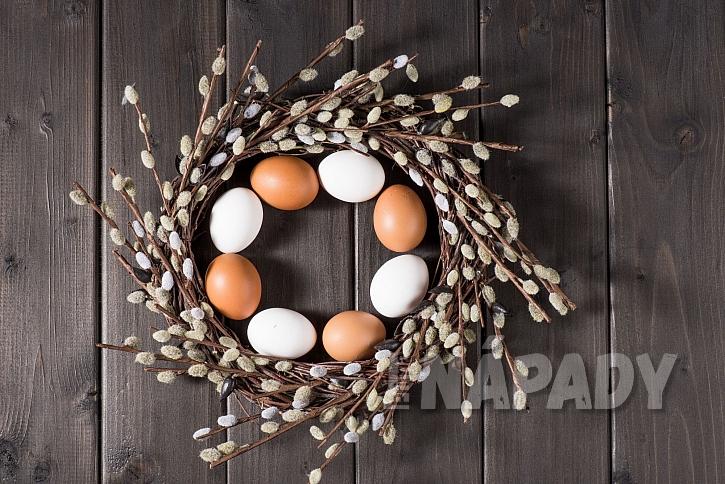 Vajíčka ve věnečku z kočiček