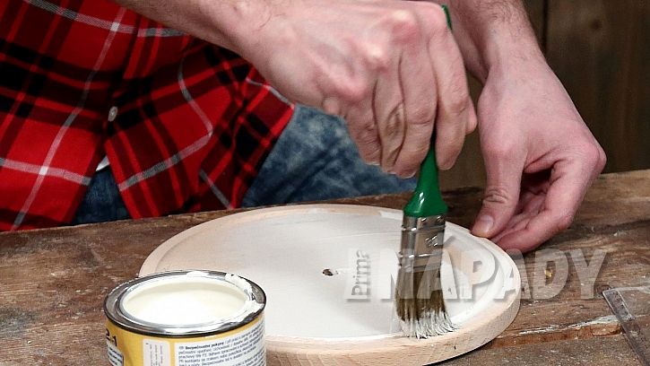 Hodiny z kuchyňského prkénka: prkénko natřeme barvou