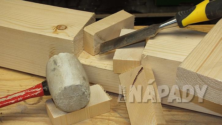 Výroba zvýšeného patra: naříznuté části odsekneme pomocí dláta a gumové paličky