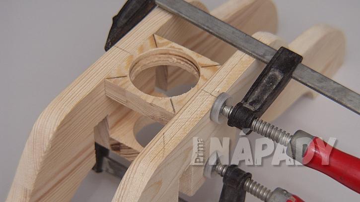DIY stojan na stromek: připravené díly vlepíme do sestaveného stojanu