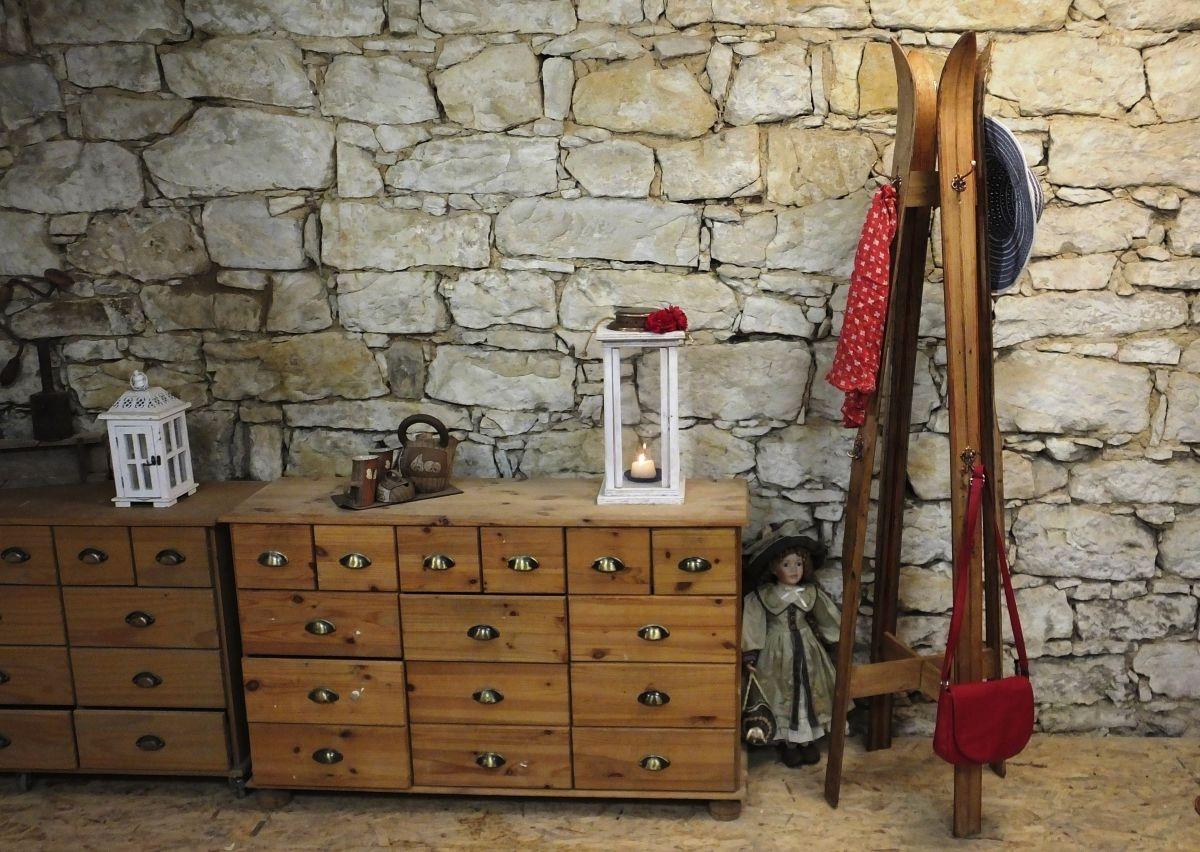 Věšák na šaty ze starých lyží