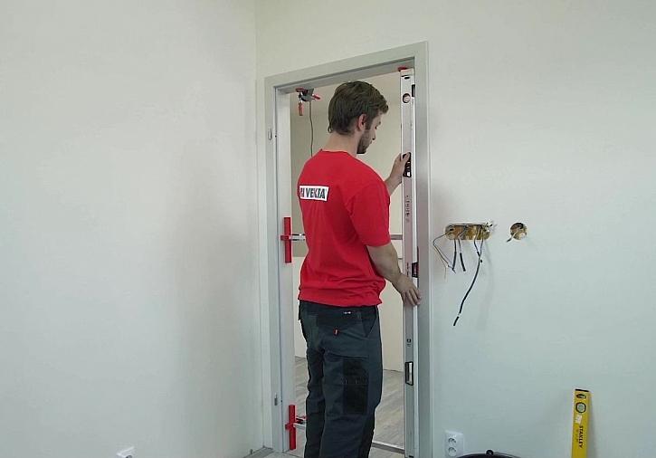 Odborník z Vekry při montáží interiérových dveří