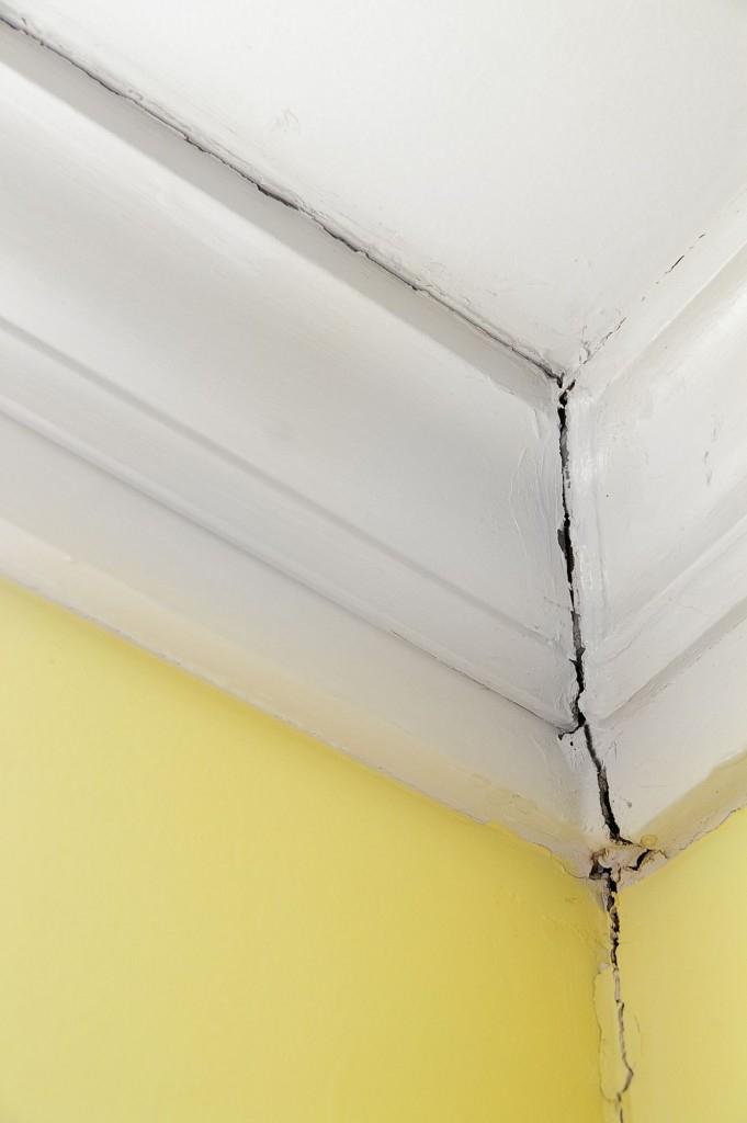 Praskliny ve zdech a stropech si zasluhují pozornost vaši i odborníka