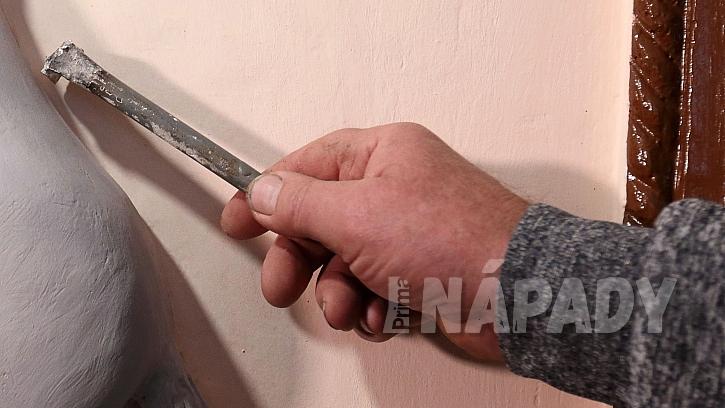 Freska z betonu:  motiv se musí pomocí různých speciálních nástrojů jemně opracovat