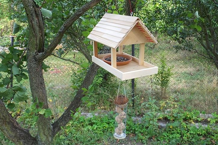 Vyrobte si krmítko pro ptáčky se zásobníkem na lojové koule (Zdroj: HobbyPRstudio)