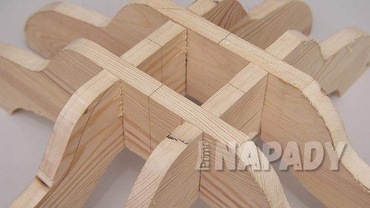 DIY stojan na stromek: po vyříznutí stojánek sesadíme