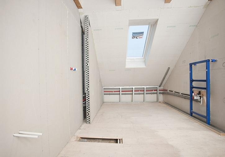 Interiér podkrovního prostoru, určeného pro koupelnu se sprchovým koutem, je připraven k úpravám tzv. suchou cestou – tj. bez mokrých technologických procesů.