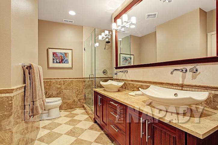 Moderní koupelna se stojícími umyvadly