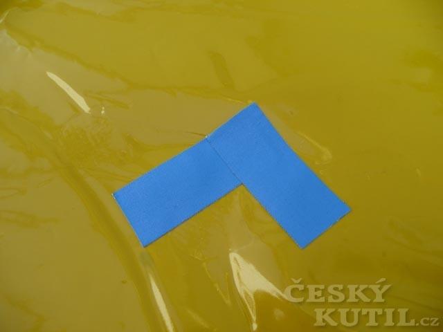 Zalepení trhliny v bazénu či matraci páskou tesa
