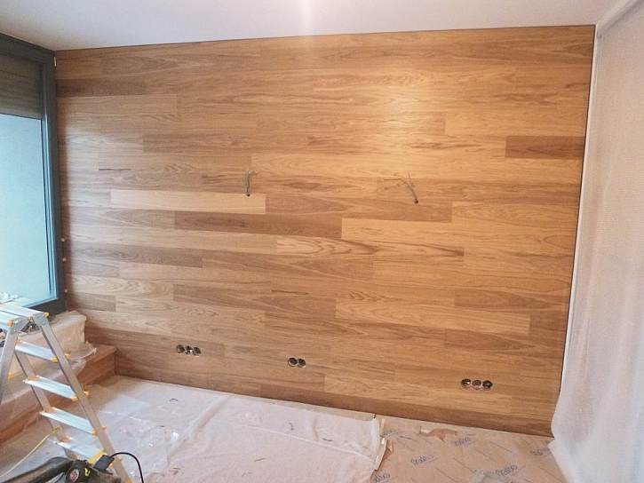 Dřevěné lamely jako možný finální povrch na akustické předstěně s deskami Wolf.