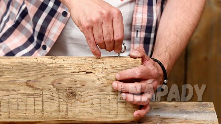 Magnetický držák na nože: na prkno připevníme závěsná očka