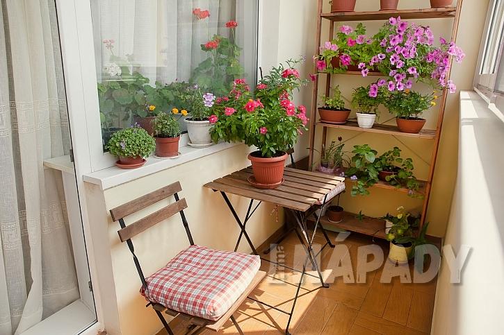 Klasický balkonový set balkony zútulní a posezení je příjemné (Zdroj: Depositphotos)