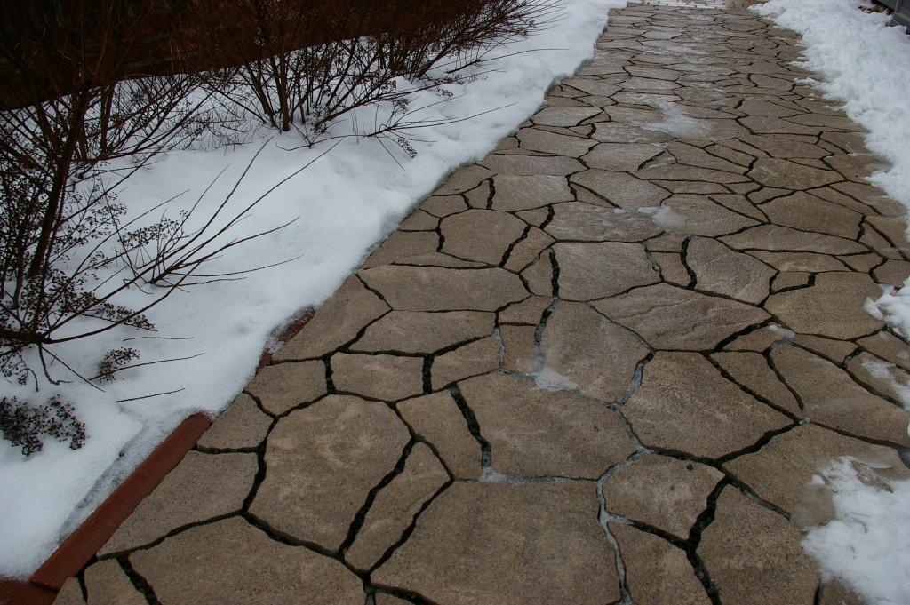 Úprava pochozích ploch v zimě, aneb solit, či nesolit?