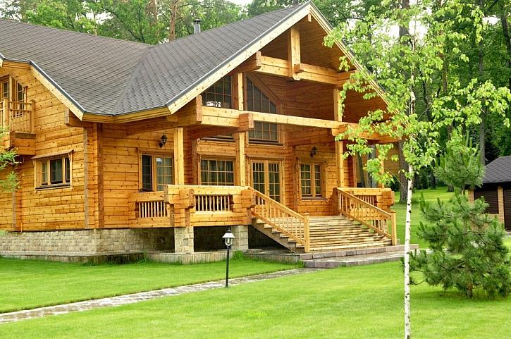 K dřevěnému domu by se plastová okna příliš nehodila - přírodní materiál je zde žádoucí