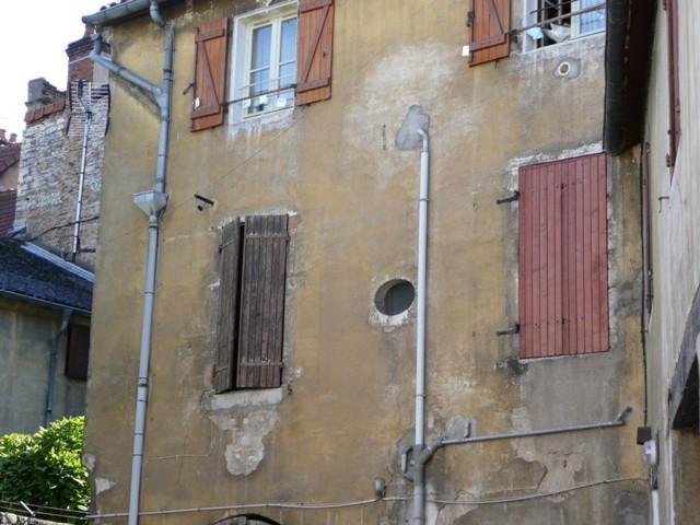 Antikutil - zničená fasáda plná odpadu
