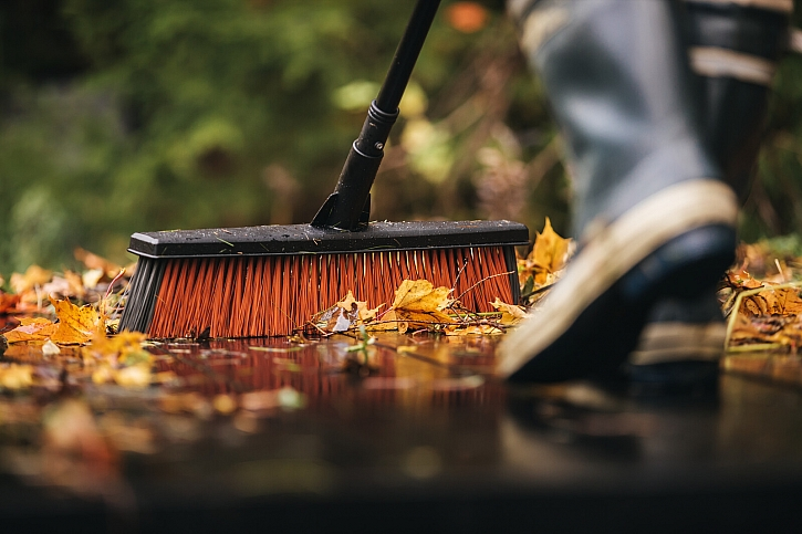 Fiskars_Garden_Action_All_Purpose_Yard_Broom_L_1025926