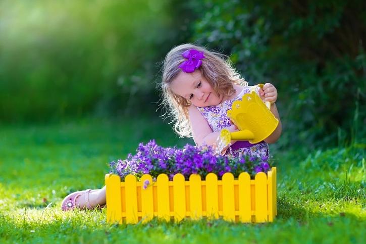 Drobné práce na zahradě s vlastním nářadím budou děti bavit