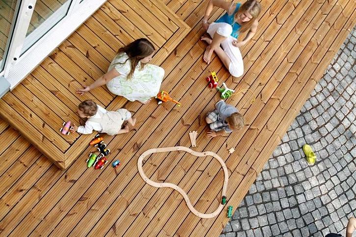 Děti na dřevěné terase