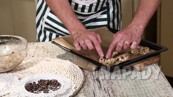 Recept na banánové sušenky s čokoládou: na plechu vytvarujte placičky