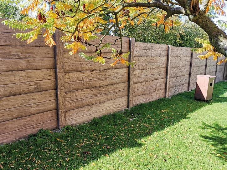 betonová zeď - imitace dřevo