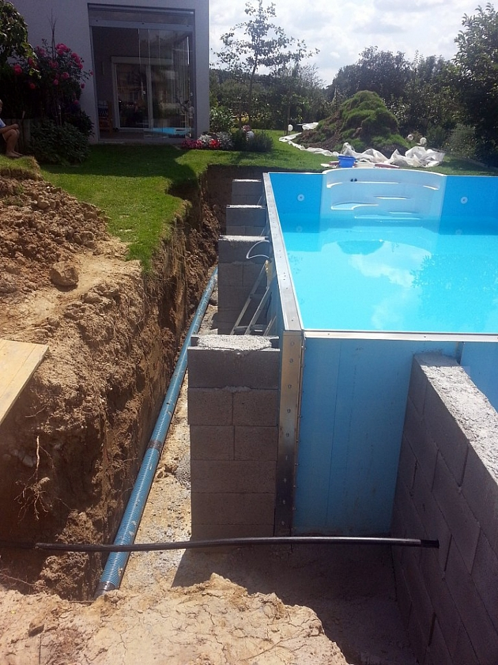 Usazený zahradní bazén v jámě čeká na izolační zásyp