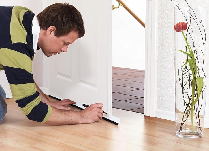 1) Vyznačte si na liště šířku dveří