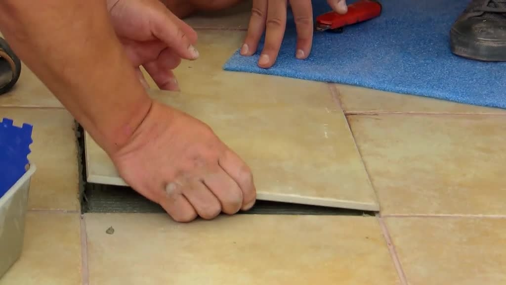 Jak vyměnit prasklou dlaždici?