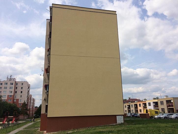 Dům PO REKONSTRUKCI. Pohled na štítovou stěnu po zateplení provětrávanou fasádou Diagonal 2H od Knauf Insulation.