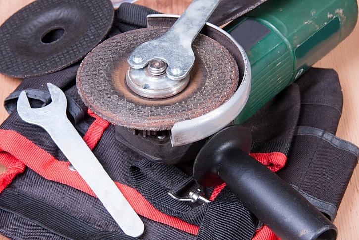 Detail výměny pracovního kotouče za pomocí klíče